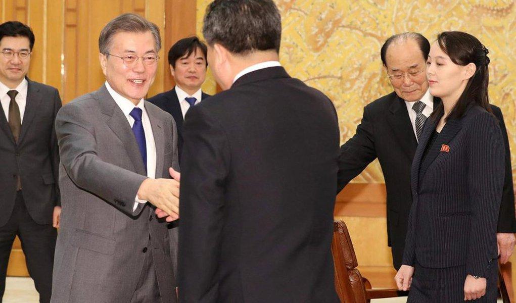 """O convite que o líder da Coreia do Norte, Kim Jong-un, fez ao presidente sul-coreano,Moon Jae-in, para uma reunião em Pyongyang deixou Seul em um dilema: aceitar e arriscar aumentar as diferenças com os Estados Unidos sobre como controlar o programa nuclear da Coreia do Norte ou recusar e arriscar a oportunidade de melhorar as relações transfronteiriças;Moon evitou qualquer compromisso imediato em resposta à oferta do Norte, dizendo a Kim que esperava """"criar o ambiente"""" para que tal cúpula ocorra"""