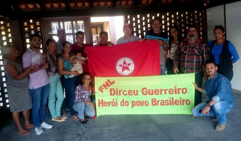 """Um grupo de militantes da Frente Nacional de Lutas no Campo e Cidade (FNL) se reuniu com o ex-ministro José Dirceu, que cumpre prisão em regime domiciliar, em Brasília; para o líder do FNL, José Rainha, Dirceu é uma das """"maiores lideranças que a esquerda tem no Brasil na atualidade""""; segundo Rainha, o grupo fechou compromisso com o ex-ministro de """"acirrar a luta de classe"""" e combater a oligarquia rural; """"Também vamos ajudar o nosso companheiro Lula a não ser preso e elegê-lo novamente como presidente da República"""", afirmou"""