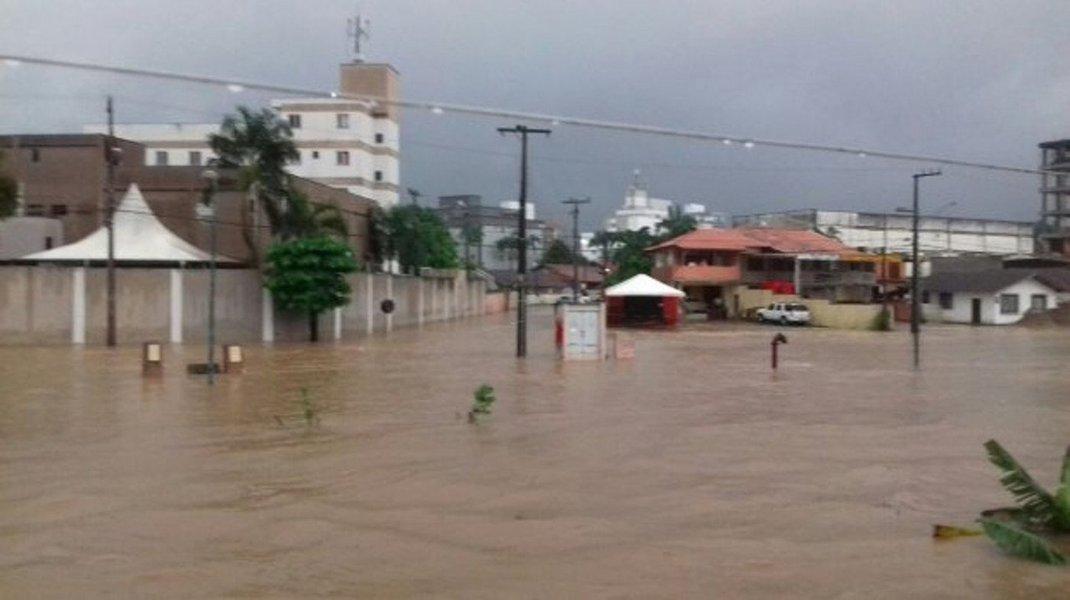 A chuva forte da tarde desta terça-feira (16) e e na manhã desta quarta (17) deixou ruas alagadas em ao menos 17 cidades catarinenses; nesta manhã, muitas ruas em Joinville e em Florianópolis continuavam alagadas - os principais danos são no Vale do Itajaí e no Norte Catarinense