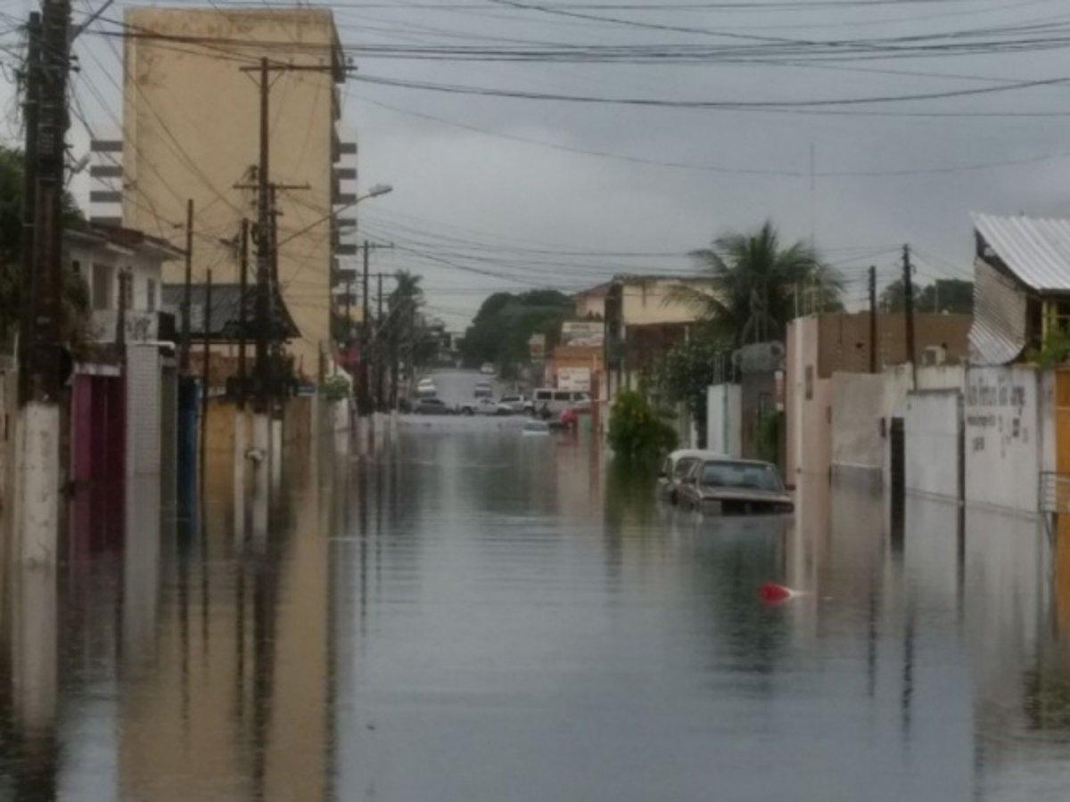 O temporal que caiu no litoral de Alagoas entre a madrugada e o início da manhã desta quinta-feira (15) provocou diversos pontos de alagamento e deixou o trânsito lento em Maceió; os bairros da parte baixa foram os mais afetados, mas também houve registro de problemas na parte alta da cidade