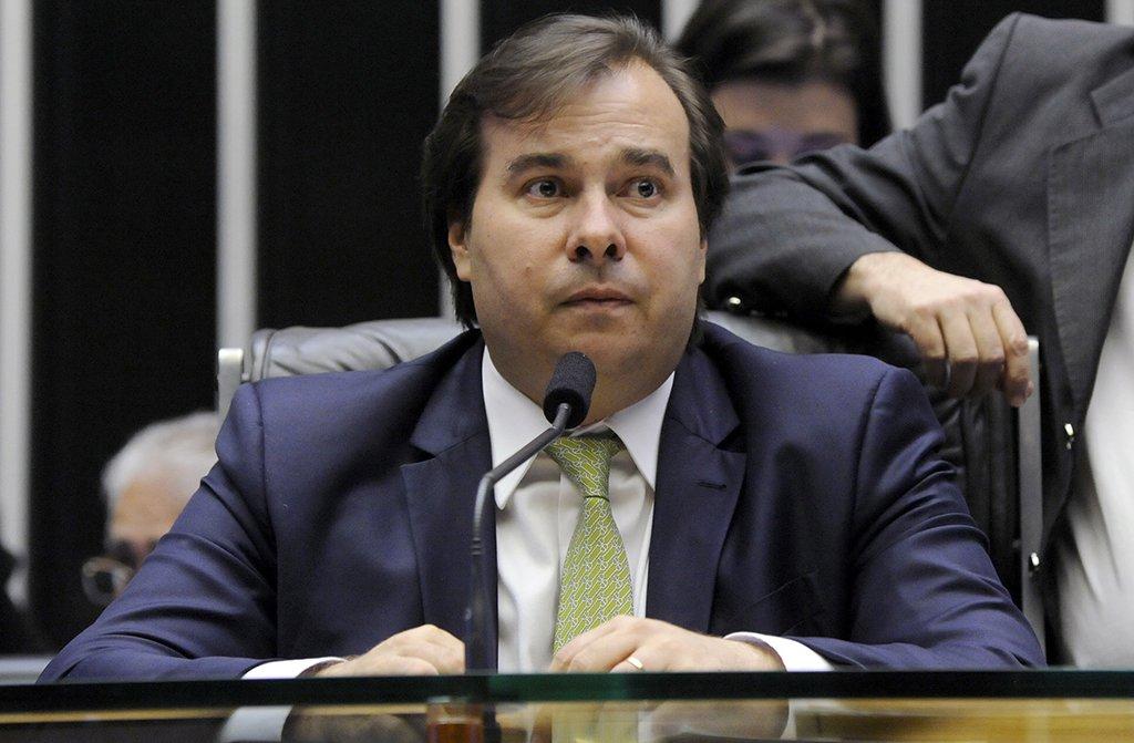 """O presidente da Câmara dos Deputados, Rodrigo Maia (DEM-RJ), disse concordar com o relator da reforma da Previdência, Arthur Maia (PPS-BA), segundo o qual a proposta precisa ser apreciada em fevereiro e que o adiamento do prazo pode acabar com a expectativa de aprovação do texto ainda neste ano; """"Se a gente ampliar prazo, não vota nada. Então, o prazo é fevereiro, e ponto final"""""""