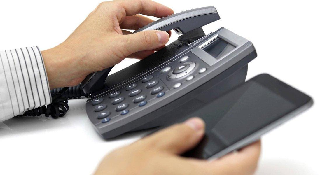 A partir do dia 25 de fevereiro, as ligações locais e interurbanas de telefones fixos para móveis ficarão mais baratas. Segundo a Agência Nacional de Telecomunicações (Anatel), a redução das chamadas locais vai variar entre 10,58% a 12,75% e das tarifas interurbanas, entre 3,98% a 7,41%; a queda vai ocorrer devido à redução das tarifas de interconexão, pagas pelas empresas que utilizam a rede de outro grupo; o cálculo das tarifas é feito pela Anatel; de acordo com a agência, elas foram usadas inicialmente para subsidiar a instalação de redes das operadoras móveis