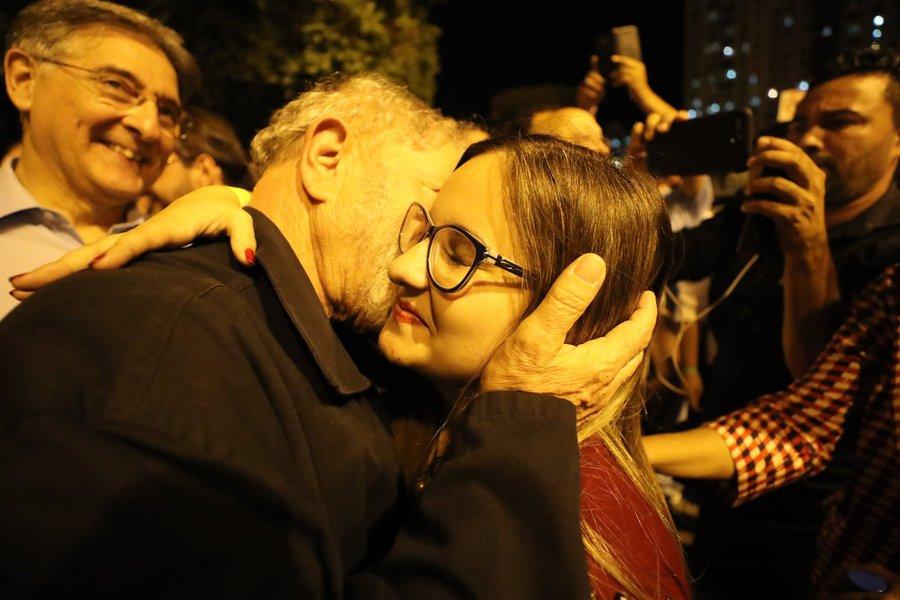 vamos lá, Luiz Inácio, junto à rapaziada, está na hora da virada. vamos dar o troco! botar lenha nesse fogo, virar esse jogo que é jogo de carta marcada. vamos à luta sem medo que é hora do tudo ou nada. o Brasil está doente. o remédio é eleição. e a cura é O Lula. eleição sem Lula é fraude. e eleição sem fraude, sem dúvidas, é Lula