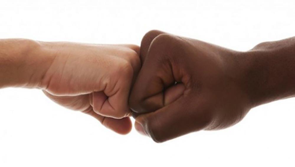 """Pesquisa realizada pelo Instituto Locomotiva aponta que o racismo continua grassando pelo país; segundo levantamento feito pela instituição, 66% dos negros já ouviram ofensas racistas como a frase """"preto quando não caga na entrada, caga na saída""""; Além disso, dos negros ouvidos pelo instituto, 72% afirmaram já ter ouvido coisas como """"o seu cabelo parece bombril""""; ainda segundo a pesquisa, 89% afirmaram que já ouviram alguma ofensas do gênero ao menos uma vez"""
