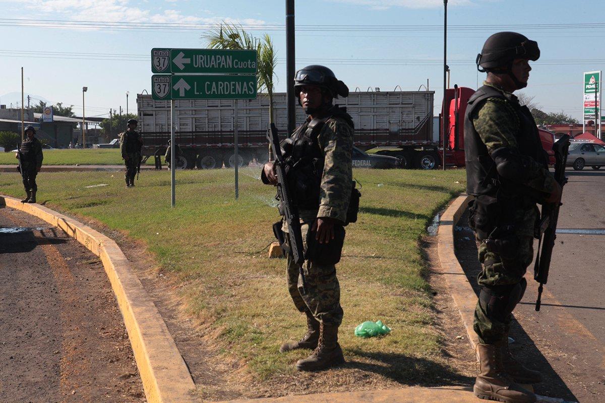 """Quase onze anos após Felipe Calderón decidir em seu décimo dia como presidente, em 10 de dezembro de 2006, enviar 6.500 soldados a sua Michoacán natal para sufocar a violência e a impunidade, o balanço da chamada """"guerra contra o tráfico"""" não pode ser mais desalentador; durante dois meses, quase 20.000 soldados foram recebidos como heróis por uma população cansada de violência e de massacres desde 2005 e de forças de segurança corruptas"""