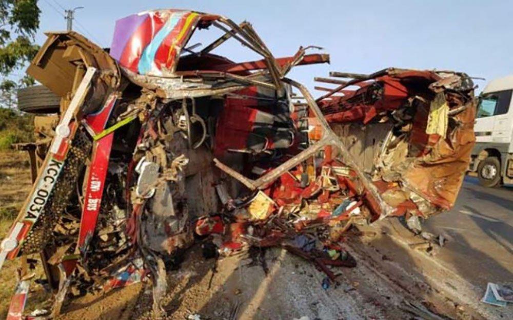 Ônibus que ia rumo a Nairóbi, a capital do país, colidiu com um caminhão na localidade de Migaa e deixou pelo menos 36 mortos e 18 feridos. Trinta pessoas morreram no local, enquanto outros passageiros faleceram no hospital; segundo as autoridades quenianas, o ônibus ia com excesso de velocidade, invadiu a pista contrária e colidiu com o caminhão