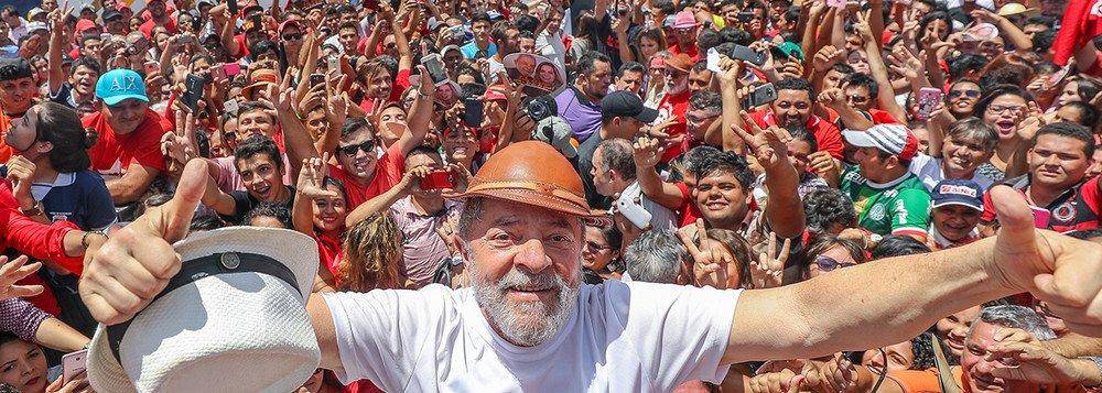 """Militante político e poeta Pedro Tierra divulgou um poema em homenagem ao próximo dia 24 de janeiro, quando o TRF-4 irá julgar o recurso do ex-presidente Lula contra sua condenação pelo juiz Sérgio Moro; """"Onde eles dizem paz, Eu digo justiça / Onde exibem convicções, Exijo prova. / Onde impõem silêncio, Entoo canções. / Quando lustra algemas, Invento caravanas"""", diz um trecho"""