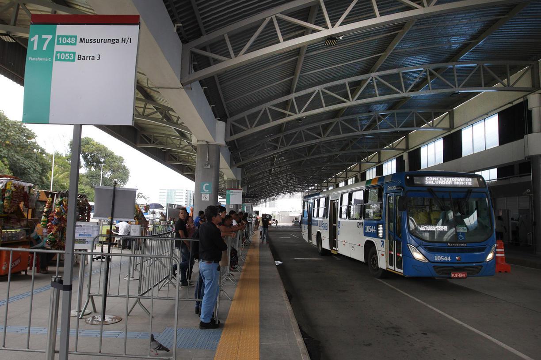 Com reajuste no valor das passagens de ônibus neste ano, Salvador e Juazeiro, no norte da Bahia, passam a ter as tarifas de transporte público urbano mais caras entre as maiores cidades do estado, com custo de R$ 3,70; em Juazeiro, a nova tarifa passou a valer a partir do último sábado (13); o valor anterior era R$ 3,50; na capital o reajuste foi de R$ 0,10 sobre R$ 3,60 cobrados até o dia 1º de janeiro