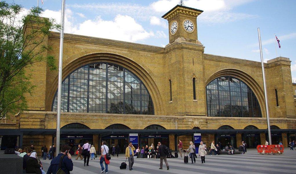 Polícia britânica isolou ruas no entorno da estação ferroviária de Kings Cross, em Londres, devido a relatos de um pacote suspeito encontrado no local; algumas ruas foram fechadas perto da estação, e a polícia está atuando na região