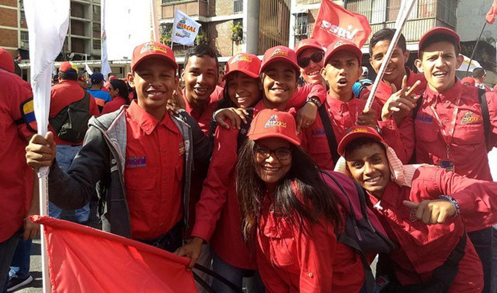 Uma multidão saiu às ruas de Caracas, capital venezuelana, parahomenagear o ex-presidente Hugo Chávez e defender o governo atual, de Nicolás Maduro; o ato público aconteceu há exatos 26 anos do dia4 de fevereiro de 1992, quando Chávez comandou uma rebelião de militares e pela primeira vez tentou chegar ao poder na Venezuela; para o ativista político Luig Lobig, que esteve presente na marcha deste ano, o então comandante Hugo Chávez inaugurou em 1992uma nova era