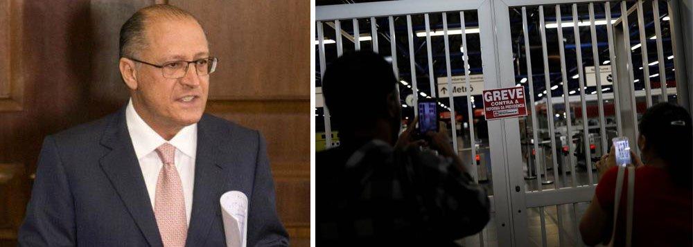 """Governador de São Paulo, Geraldo Alckmin (PSDB), usou a teve dos metroviários da capital para defender a privatização das linhas 5-lilás e 17-ouro (monotrilho) do metrô; segundo Alckmin, a linha-4 amarela é a única que está funcionando plenamente, o que reforçaria o fato do governo estar correto quanto às concessões à iniciativa privada; """"Nos reforça a convicção de que está correta a concessão da linha 5 e da linha 17. Veja que neste momento a única linha operando totalmente é aquela operada pela iniciativa privada, que é a linha 4"""", afirmo"""