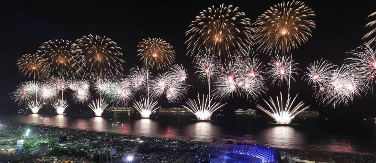 Com 17 minutos de queima de fogos, turistas e cariocas festejaram a virada do ano na Praia de Copacabana, zona sul do Rio de Janeiro; de acordo com balanço divulgado pela prefeitura, 2,4 milhões de pessoas lotaram a orla, contra a estimativa inicial de 3 milhões de pessoas