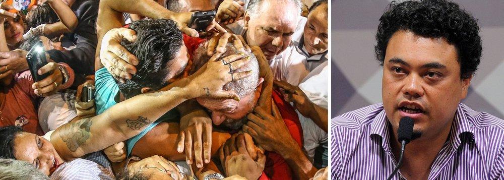 """Jornalista Leonardo Sakamoto destaca que a condenação do ex-presidente Lula o coloca """"no colo da Lei da Ficha Limpa, o que pode barrar sua candidatura à Presidência"""",;mas, ressalta Sakamoto, """"enquanto algum recurso de Lula ainda estiver tramitando, ele estará apto a concorrer"""";""""Em 15 de agosto, o PT registra sua candidatura. """"Ele pode estar preso e condenado, não importa, o protocolo tem que aceitar o registro"""" e a propaganda tem o objetivo de transformar o mártir ou transformá-lo em uma ideia que será exaustivamente utilizada por seu partido político no processo eleitoral"""", avalia"""