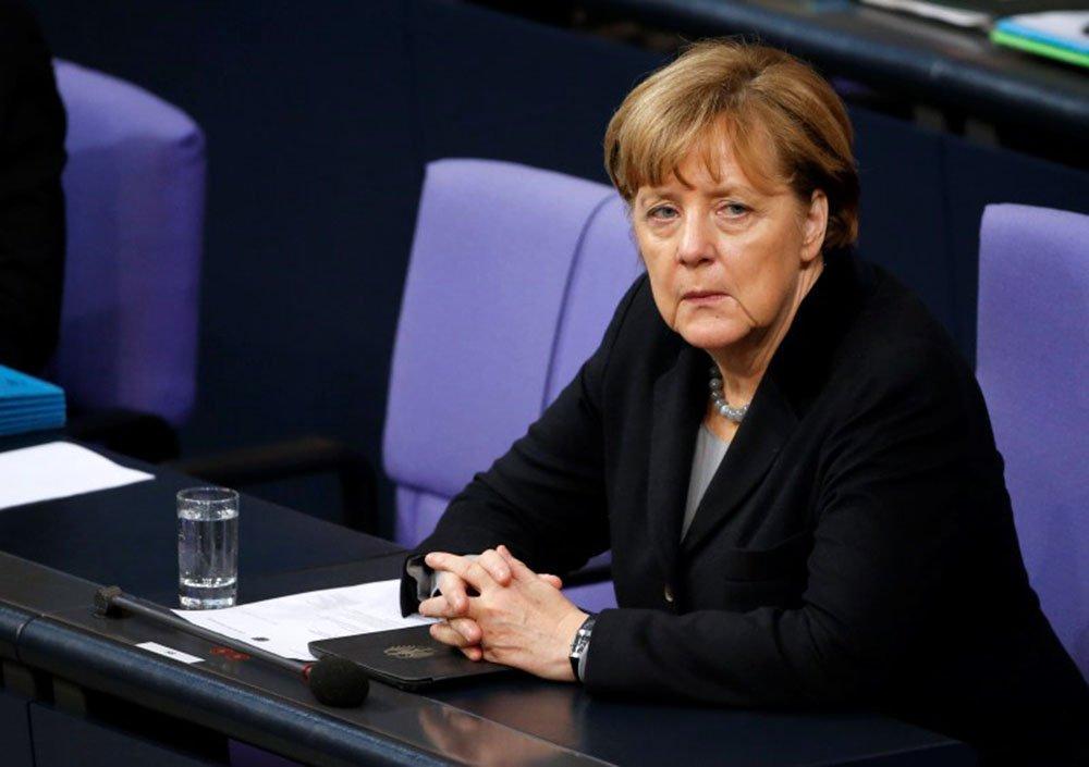 Chanceler da Alemanha, Angela Merkel, durante sessão parlamentar, em Berlim. 13/01/2016 REUTERS/Fabrizio Bensch