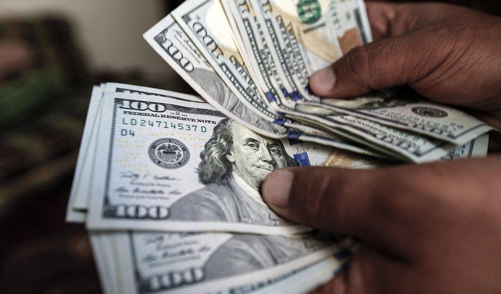 Amargando o segundo pregão em queda e fechando na mínima do dia, o Ibovespa recuou 2,59% aos 81.861 pontos, com volume de R$ 9,6 bilhões, em mais uma sessão de mau humor no mercado internacional com os investidores preocupados com o ritmo de retirada de estímulos por parte do Fed; nos EUA, o índice Dow Jones fechou com baixa de 4,6%