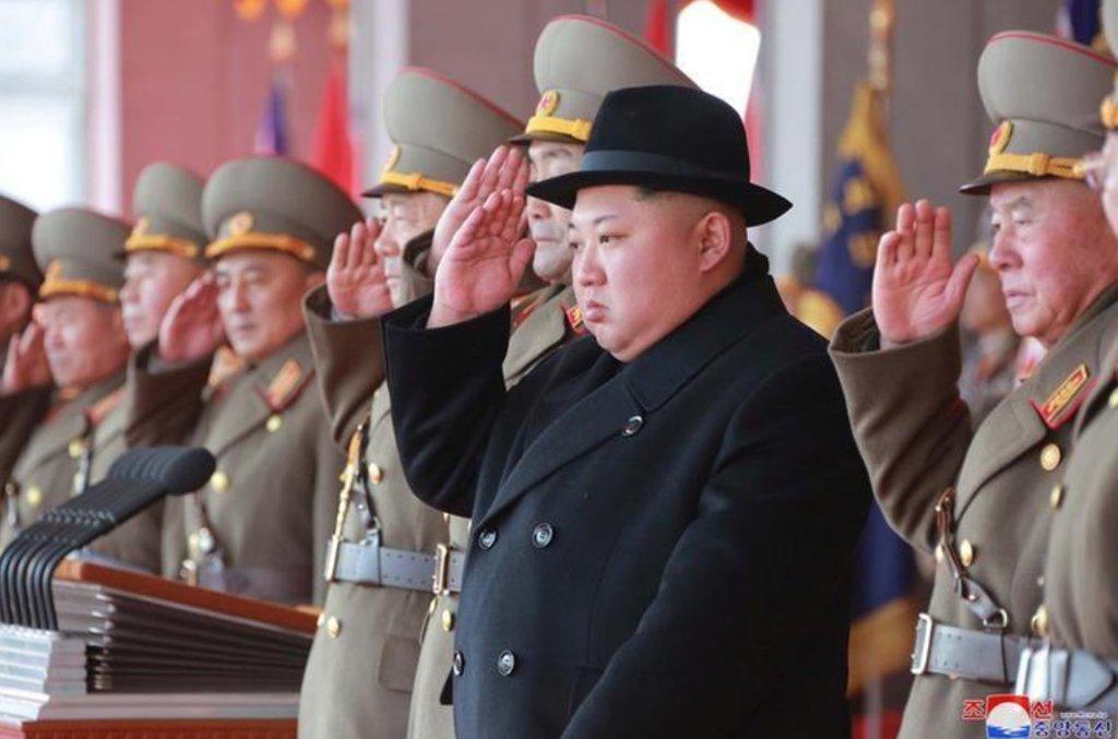 O líder norte-coreano, Kim Jong Un, e seu pai, o falecido Kim Jong Il, usaram passaportes brasileiros obtidos de forma fraudulenta para solicitar vistos para visitar países ocidentais nos anos 1990, disseram cinco fontes europeias de segurança; apesar de já ser conhecido que a família que governa a Coreia do Norte usou documentos de viagem obtidos de forma irregular, há poucos exemplos específicos até o momento; as cópias dos passaportes brasileiros vistas pela Reuters nunca haviam sido publicadas