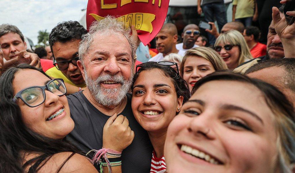 """""""Os dirigentes do PT deveriam se mirar em Lula para esfriar os ânimos e encarar com serenidade os próximos dias"""", defende o colunista Alex Solnik; """"O debate em torno do registro só vai começar dia 15 de agosto, quando as candidaturas a presidente forem registradas. É impossível, no mundo real, cassar uma candidatura que não existe ainda. No pior cenário, no mais desastroso, no mais trágico, impedem Lula de se candidatar e o prendem. Ainda assim ele indica outro candidato que tem condições de vencer, como dizem as pesquisas atuais"""", lembra o jornalista; """"Não há motivo, portanto, para os petistas perderem a cabeça e entrarem no jogo dos que querem transformar o dia 24 na Batalha do Fim dos Tempos"""", conclui"""