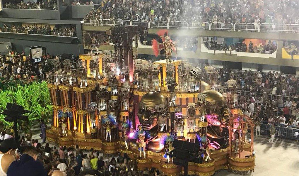"""""""Choramos todos nós que tivemos um ancestral viajando naqueles navios malditos. Choraram, na consciência, os outros brasileiros também"""", diz texto da Mídia Ninja no Facebook sobre o desfile da escola que questionou o fim da escravidão e fez crítica ao golpe, tudo televisionado pela Globo"""