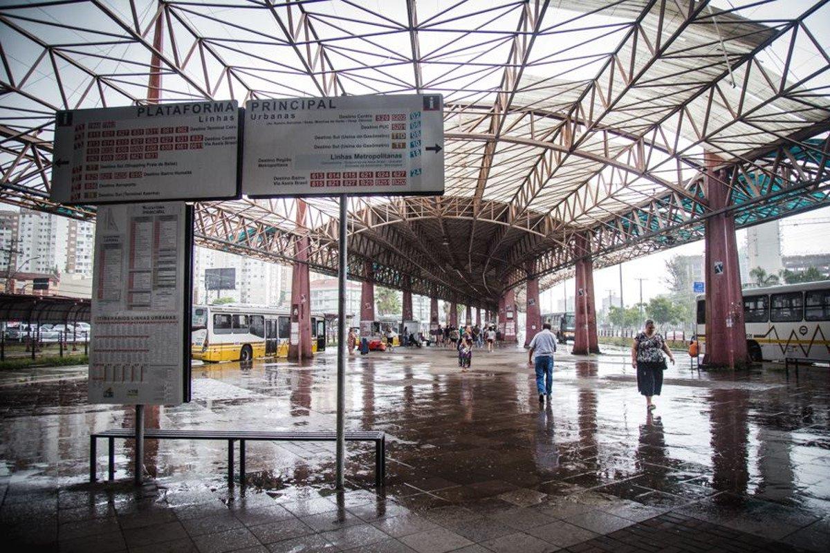 Pensando para ser um modelo de integração do transporte público na capital gaúcha, o Terminal Triângulo sofre com a falta de manutenção; um vendaval destruiu parte do telhado do terminal, os elevadores não funcionam, há assaltos na região e não há acessibilidade para deficientes físicos, reclamam os usuários do terminal