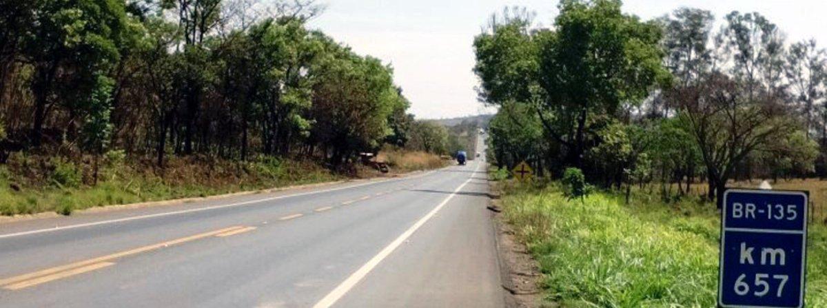 O processo de licitação para a outorga da rodovia BR-135, que liga a BR-040 à cidade de Montes Claros, no norte de MG, foi vencida pela Ecorodovias; para administrar os 363 km, a empresa pagou a quantia de R$ 2,06 bilhões