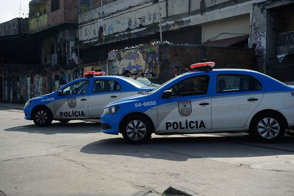 O tenente Jeovany Carvalho de Andrade Brito, de 29 anos, morreu em Arraial do Cabo, na Região dos Lagos; ele foi o oitavo PM assassinado neste ano no estado do Rio; de acordo com a Polícia Militar, Jeovany acompanhava um grupamento de policiais do Batalhão de Cabo Frio (25º BPM) em um patrulhamento na comunidade da Coca Cola, quando começou um tiroteio entre os agentes e criminosos armados