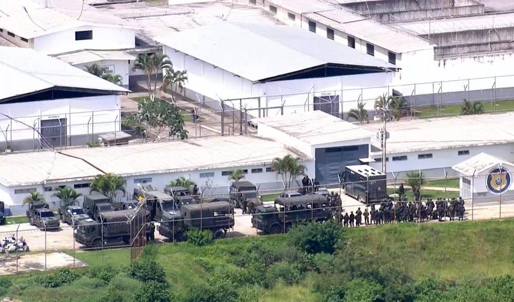 A operação integrada de varredura deflagrada hoje (21) na Penitenciária Milton Dias Moreira, em Japeri, na baixada fluminense, conta com militares do Exército e agentes Secretaria Estadual de Administração Penitenciária (Seap); secretaria divulgou há pouco o detalhamento das equipes envolvidas; participam 100 inspetores de segurança e administração penitenciária, 30 integrantes do Grupamento de Intervenção Tática da Seap e cerca de 250 militares do Exército