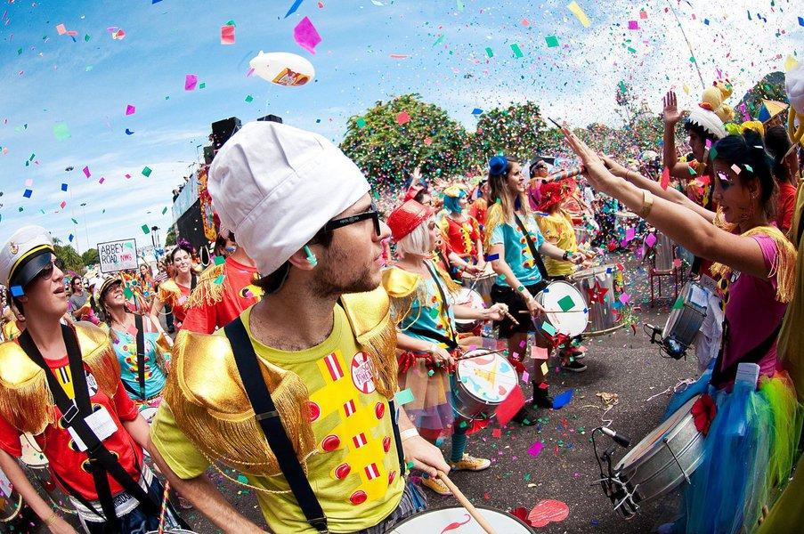 A primeira manhã deCarnavalno Polo do Benfica, em Fortaleza, reuniu dezenas de crianças e adultos; a Banda Pacote de Biscoito animou a folia dos pequenos, das 9 às 11 horas; a programação contínua, das 9 às 18 horas, se seguiu com Raízes do Griô, que canta e toca uma mistura de ritmos, como o carimbó, ciranda e as marchinhas carnavalescas