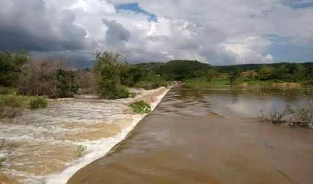 O rompimento da barragem do reservatório na cidade de Jardim, no Ceará, alagou um trecho da CE-060 que liga a cidade ao estado de Pernambuco, o que está impedindo o fluxo de veículos; O Departamento Estadual de Rodovias do Ceará (DER-CE) criou um desvio para permitir o acesso aos municípios vizinhos; segundo a Fundação Cearense de Meteorologia e Recursos Hídricos (Funceme), a chuva que rompeu a barragem em Jardim atingiu 35 milímetros.