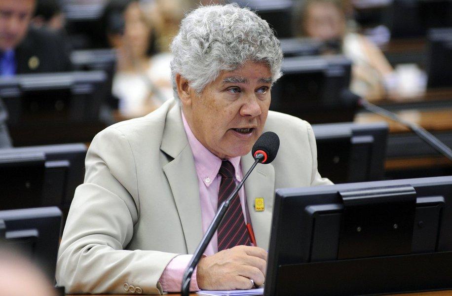 """O deputado federal Chico Alencar (Psol-RJ) manifestou solidariedade ao ex-presidente Lula, após a Justiça mandar apreender o passaporte do petista, condenado sem provas pelo TRF4, sediado em Porto Alegre; """"Lei boa é a que faz justiça. Um juiz impedir Lula de viajar por 3 dias, e inviabilizando um recurso, pois a conferência na Etiópia é nesse fds, não é razoável"""", disse o congressista, que também lembrou a possibilidade de o ex-presidente recorrer em instâncias superiores"""