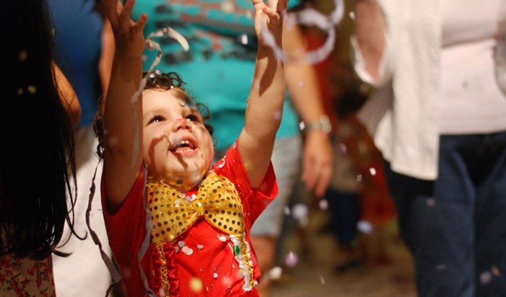 Os parques municipais reforçam a programação infantil do carnaval na capital pernambucana; além do Paço da Alfândega, ponto tradicional no Recife Antigo, vários locais oferecem programação diversificada para os pequenos foliões; fora do circuito infantil, haverá ainda os Tambores Silenciosos Mirins no Pátio do Terço; a cerimônia reúne nações de maracatu de baque virado formadas apenas por crianças, em uma tradição do candomblé, que silencia os festejos, em memória dos antepassados africanos mortos como escravos
