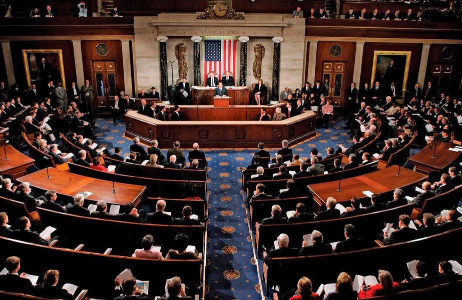 Senado dos Estados Unidos (EUA) aprovou, na madrugada desta sexta-feira (9), um projeto de Orçamento para os próximos dois anos, faltando agora o sinal verde da Câmara Baixa, que permitiria a reabertura do governo, em fechamento parcial administrativo; projeto recebeu o apoio de grande parte dos democratas e foi aprovado com 71 votos a favor e 28 contra, informou a agência EFE