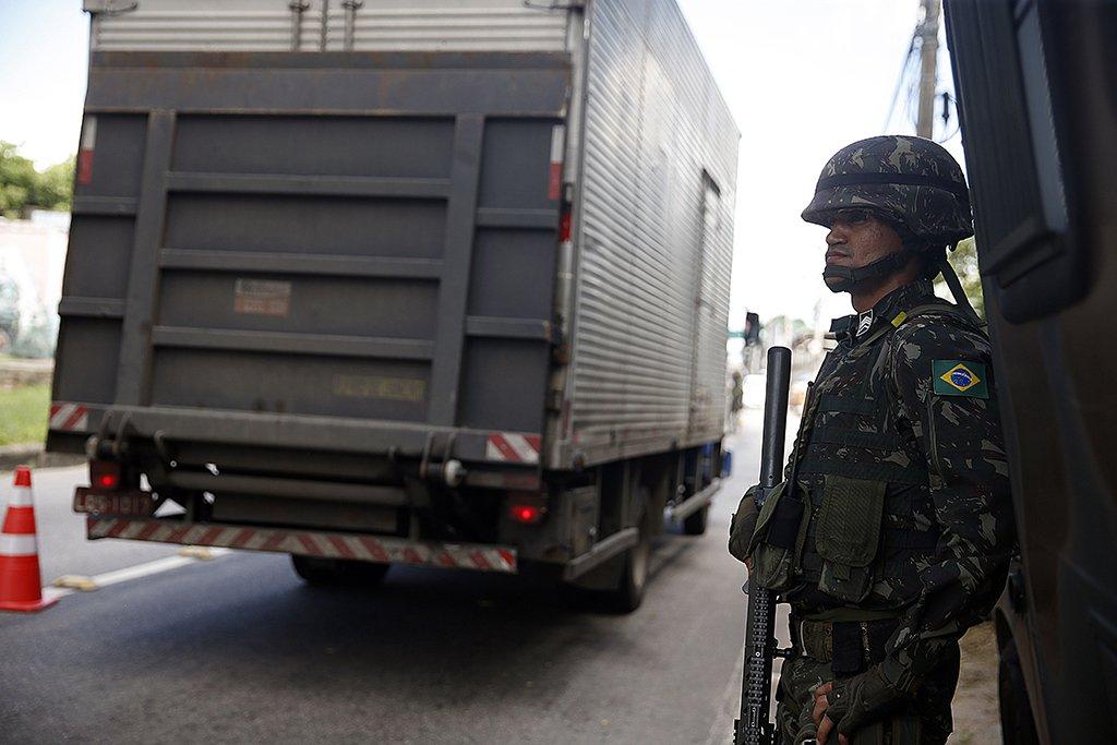 Rio de Janeiro - Militares das Forças Armadas voltaram hoje (1º) às vias expressas e rodovias do Rio de Janeiro para mais uma ação de combate à criminalidade. (Tânia Rêgo/Agência Brasil)