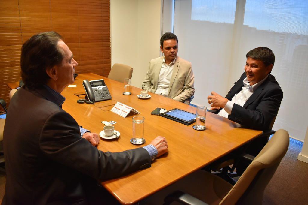 """O governador Wellington Dias e presidente da Associação Piauiense de Municípios (APPM), Gil Carlos, estiveram em São Paulo, em audiência com o diretor de Portos e Logística da Companhia Siderúrgica Nacional (CSN), Pedro Brito, onde trataram da retomada das obras da Ferrovia Transnordestina;""""Já temos parceiros da iniciativa privada interessados em somar para que as obras sejam concluídas o quanto antes"""", destacou Dias; o projeto prevê 1.753 km de ferrovia, integrando o Piauí, Ceará e Pernambuco, sendo 395 km de ferrovia em território piauiense"""