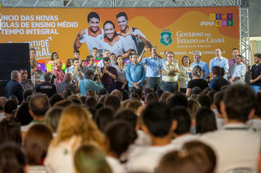 O governador Camilo Santana (PT) anunciou, na manhã desta quinta-feira (1), a ampliação da jornada prolongada em mais 40 unidades de ensino, somando 111 Escolas de Ensino Médio em Tempo Integral no Estado. As novas EEMTIs estão localizadas em 21 municípios, dos quais 13 ofertarão o Ensino Médio em Tempo Integral pela primeira vez