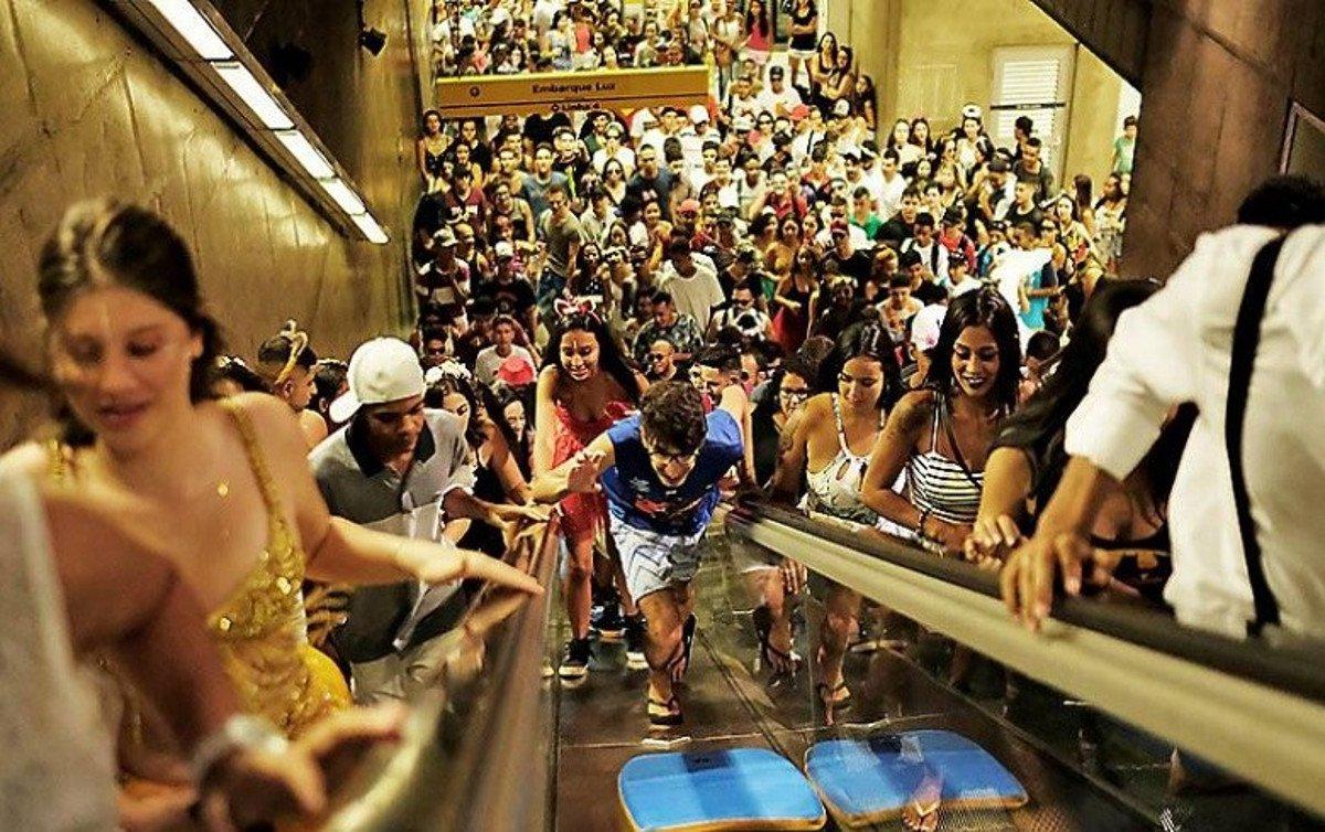 Caos no sábado (3) em função do excesso de pessoas no Largo da Batata, na zona oeste da capital paulista, revelou que lógica da privatização está longe de ser modelo para o metrô, avaliam metroviários; o pré-carnaval trouxe excesso de pessoas à Linha 4, com pessoas trafegando nos trilhos e causando o fechamento de estações