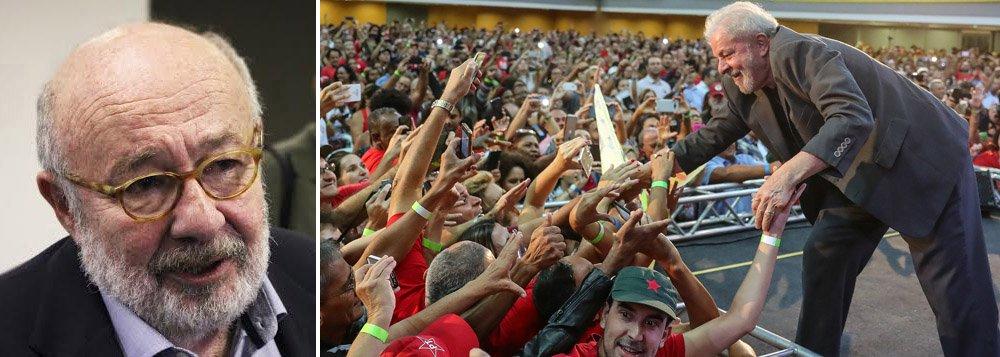 """""""Em qualquer país civilizado do mundo, quando um ex-presidente lança sua candidatura a um novo mandato, seja na condição que for, ainda mais sendo líder em todas as pesquisas de opinião, certamente mereceria algum registro no noticiário político"""", diz o jornalista Ricardo Kotscho, sobre a censura da mídia à candidatura do ex-presidente Lula; """"Deletado pela grande mídia do noticiário sobre as eleições presidenciais, desde que foi condenado em segunda instância no tribunal de Porto Alegre, Lula é tratado como se fosse um morto vivo"""", criticou o jornalista"""