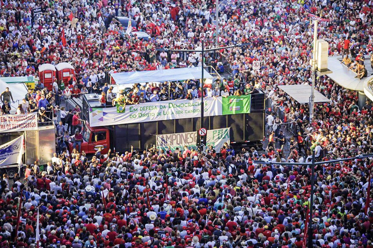"""""""Em um gesto de elegância, as caravanas de militantes que vieram de todo o País e do exterior para acompanhar o julgamento do ex-presidente Lula concederam a Porto Alegre o título de 'capital da democracia'. Muito merecido"""", escreve Marcelo Auler, em seu blog"""