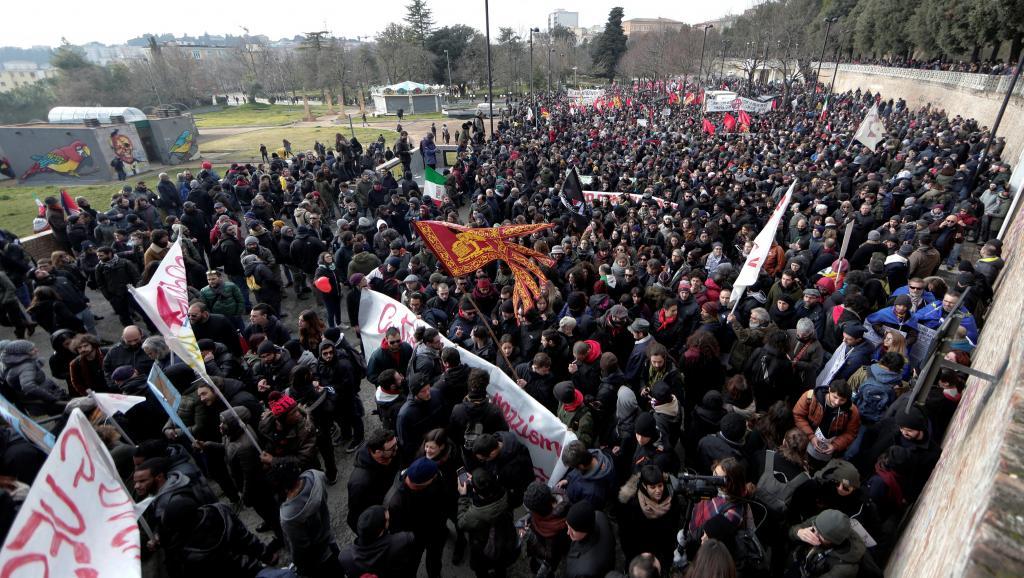 """Milhares de pessoas marcharam neste sábado (10) contra o fascismo em Macerata, no centro da Itália, uma semana depois de um tiroteio por ódio racial que deixou seis feridos nesta pequena cidade; muitos manifestantes chegaram de longe para participar do protesto, convocado por grupos antifascistas, ONGs, sindicatos e alguns partidos políticos de esquerda - eles cantaram """"Bella ciao"""" e outros clássicos do antifascismo"""
