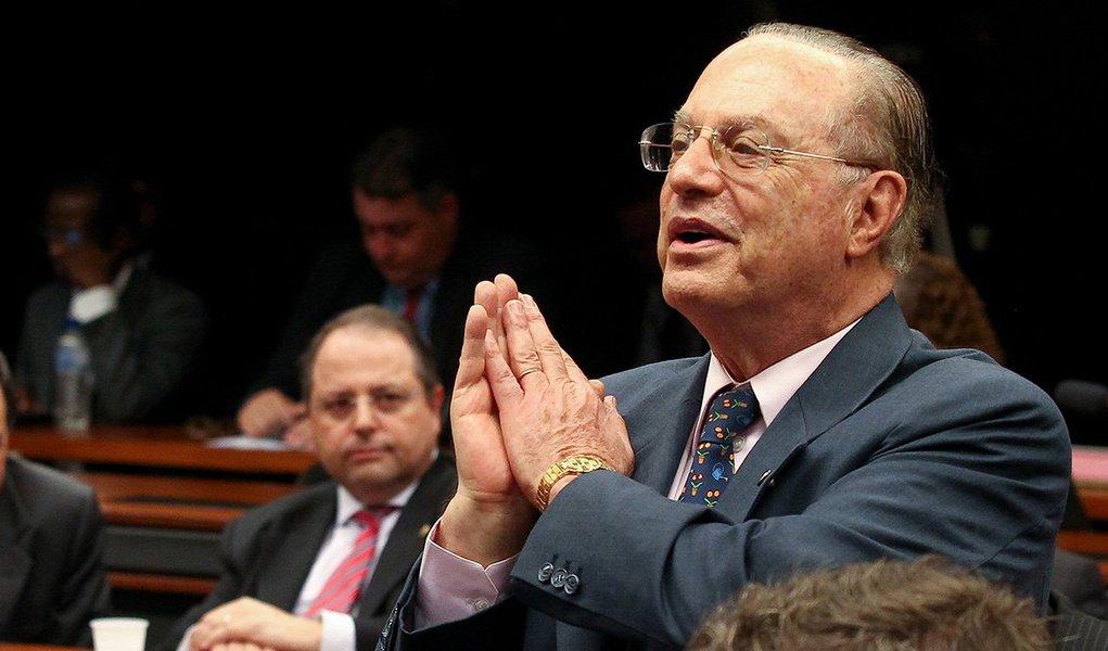 BRASÍLIA, DF, 05.11.2013: COMISSÃO/PEC197/ICMS - O deputado Paulo Maluf  durante sessão da comissão especial da Câmara dos Deputados que analisa a Proposta de Emenda à Constituição (PEC) 197/12, que prevê mudanças na cobrança do ICMS no comércio eletrônic