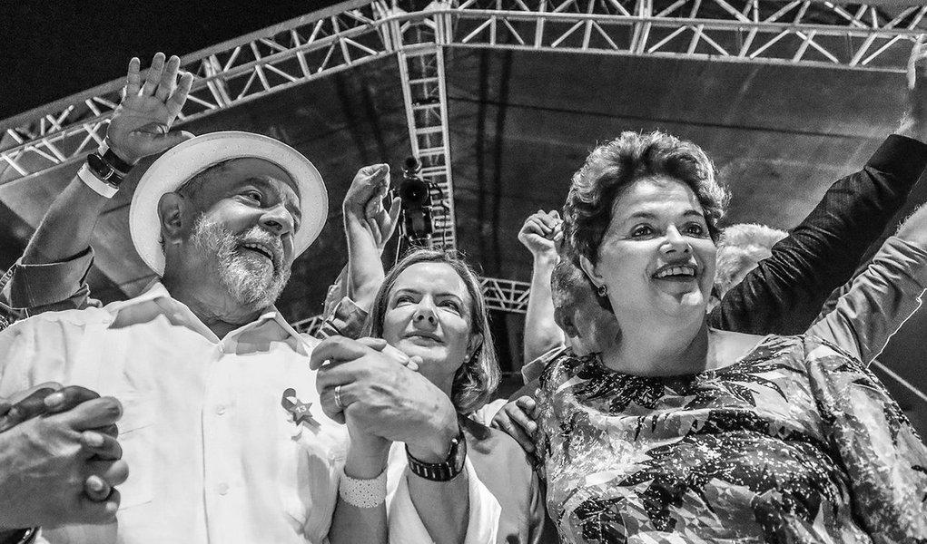 """A presidente deposta Dilma Rousseff fez uma defesa veemente da candidatura do ex-presidente Lula, durante debate na Universidade Livre de Berlim; Dilma disse que o PT """"não pode abrir mão do símbolo que é Lula"""" e deve """"lutar até o último minuto para que ele possa ser candidato""""; """"O que eles precisam é que Lula seja condenado em junho e que permaneça condenado até novembro. Depois, pode até ser inocentado, desde que esteja fora das eleições"""", afirmou;Dilma voltou a adotar tom conciliador em relação aos paneleiros que apoiaram a sua destituição; """"Acho que muitos foram enganados, achavam que estavam salvando o Brasil. Não se deve afastar quem se manifestou. É preciso fazê-los entender o que aconteceu"""""""