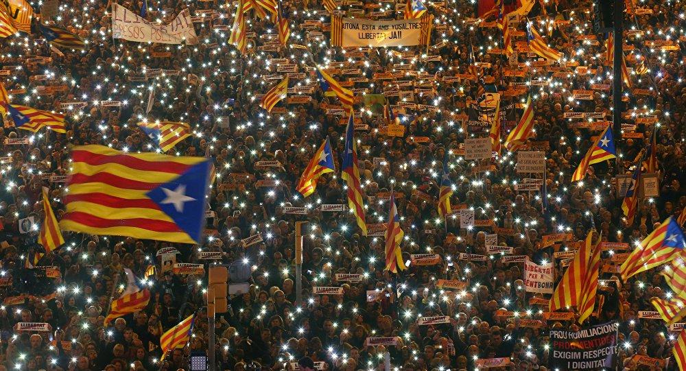 A marcha ocorre um dia depois da presidente do Parlamento local, Carme Forcadell, e outra dezena de políticos destituídos por Madri por meio de um mecanismo institucional, pagaram fiança e deixarem a cadeia. Segundo a polícia municipal, 750 mil pessoas participaram do protesto