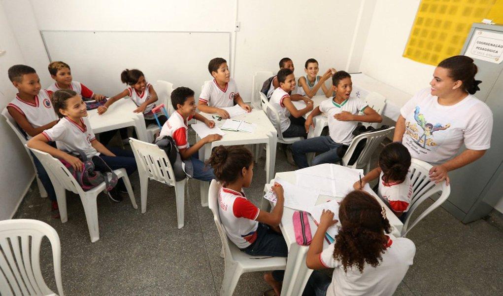 Em Aracaju, o Programa Novo Mais Educação, voltado aos alunos de escolas municipais, está atendendo mais de 2 mil estudantes do ensino fundamental; um reforço diário de Português e Matemática, que são as matérias em que os alunos geralmente sentem mais dificuldade em acompanhar; apesar de existir há quase cinco anos, o Programa ainda não havia passado por uma avaliação que pudesse demonstrar os índices alcançados; por isso, durante este ano, os alunos foram acompanhados de perto para a obtenção de um diagnóstico consistente contendo informações necessárias sobre a sua atuação