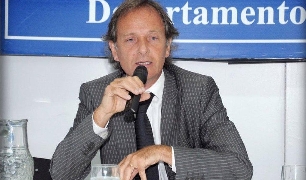 Morreu na madrugada dessa terça-feira, 14, na Argentina, o executivo Jorge Alejandro Delhon, funcionário de uma empresa acusado de propinas envolvendo o futebol sul-americano, denunciado pelo empresário argentino Alejandro Burzaco; Delhon se atirou à frente de um trem na cidade de Lanús. A informação foi confirmada pela polícia local; advogado de 52 anos, Delhon foi acusado por Burzaco de, juntamente com Julio Grondona (ex-presidente da AFA) e Pablo Paladino (Coordenador de Futebol), receber propinas, assim como outros altos executivos de Confederação Sul-Americana de Futebol (Conmebol)