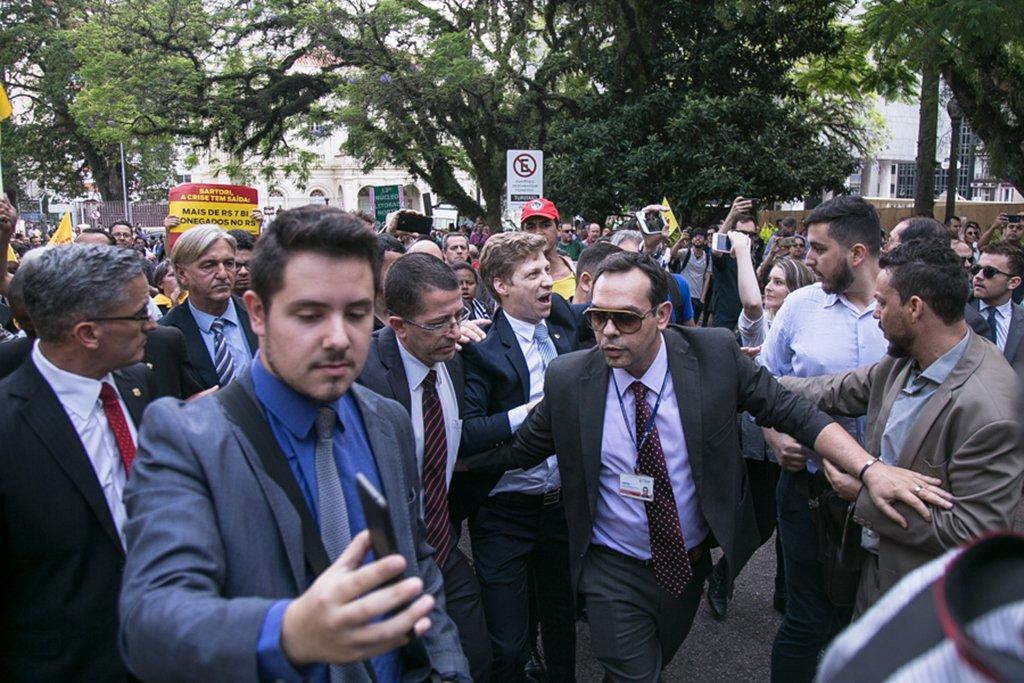 21/11/2017 - Cpers bloqueia entradas da Assembleia Legislativa. Foto: Maia Rubim/Sul21