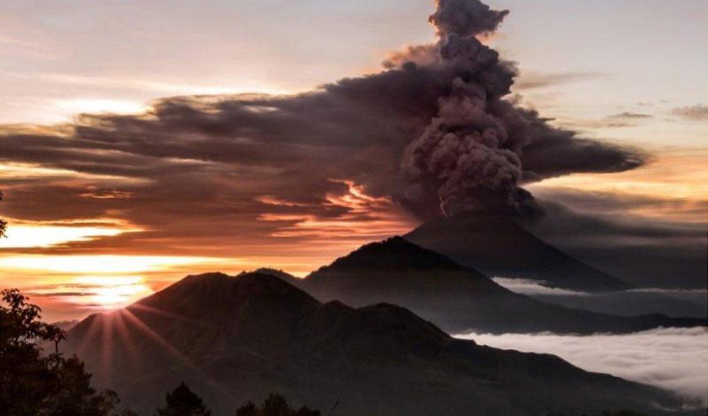 """Indonésia fechou o aeroporto da ilha turística de Bali e ordenou que os 100 mil moradores que vivem perto de um vulcão em atividade que está emitindo colunas de cinzas se retirem imediatamente, alertando que a primeira erupção em 54 anos doMonte Agung, que deixou centenas de pessoas mortas em 1963, lançou cinzas vulcânicas a uma grande altura, e as autoridades disseram que uma erupção pode ser """"iminente"""""""
