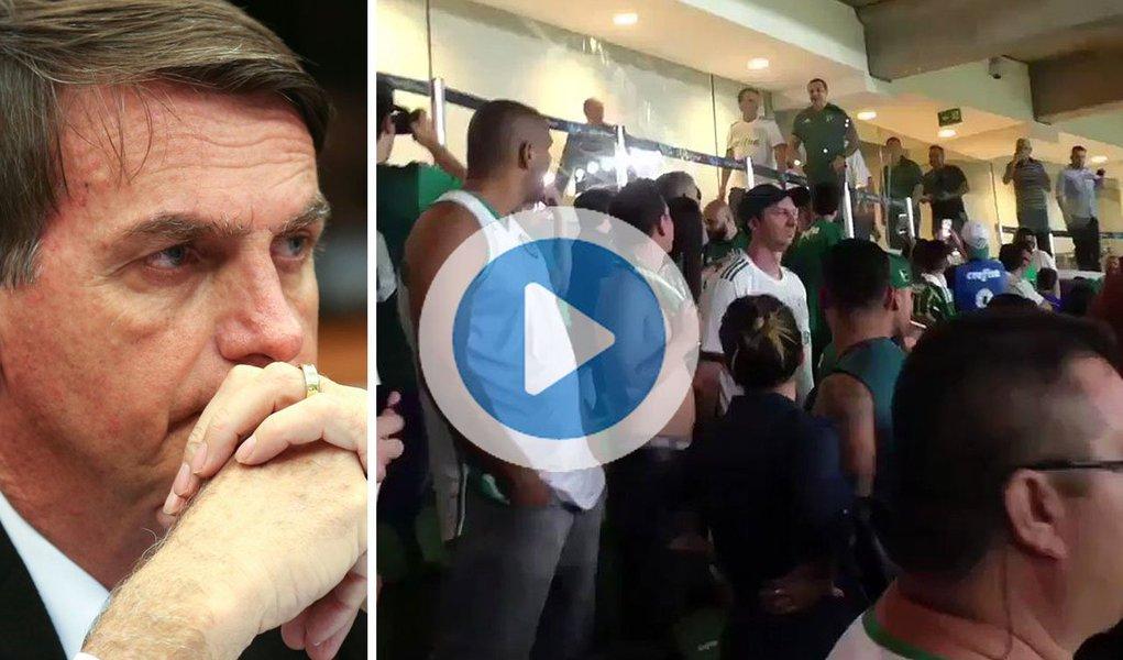 """O deputado federal Jair Bolsonaro (PSC) foi hostilizado nessa quinta-feira, 16, no estádio do Palmeiras, durante jogo do Brasileirão entre o time paulista e o Sport; Bolsonaro passava por um dos camarotes da arena quando foi visto por torcedores; muitos fizeram gestos obscenos e xingaram o deputado de """"fascista"""" e """"filho da puta"""". """"Vai embora"""" e """"sai daqui"""" são outros gritos ouvidos no vídeo"""