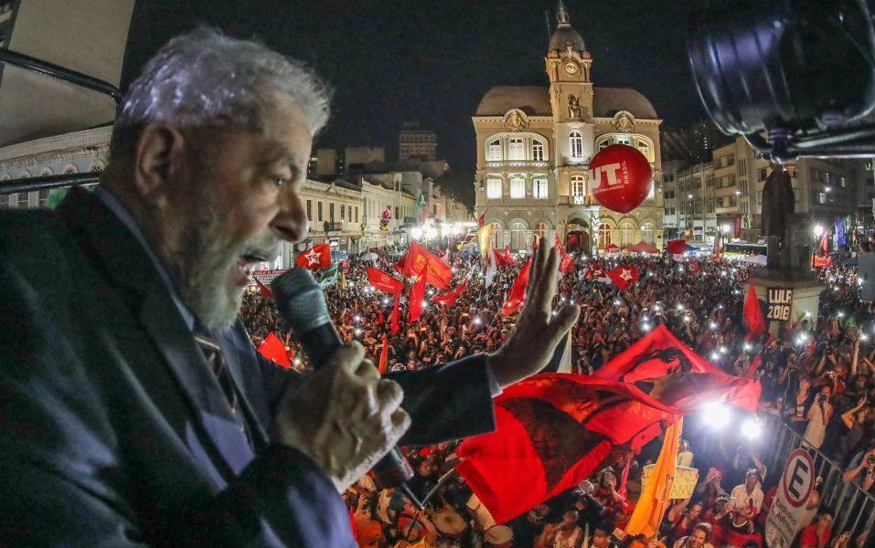 Comparem quaisquer candidatos com Lula e digam qual deles teria a capacidade de pedir, depois de eleito, paciência ao povo espoliado deste país, porque precisamos de tempo para sair desta crise brutal, que nos assola sem piedade