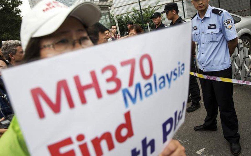 """Desaparecimento do voo MH370, da Malaysia Airlines, com 239 pessoas a bordo, no dia 8 de março de 2014, é """"quase inconcebível"""" e """"socialmente inaceitável na aviação moderna"""", diz relatório final sobre o caso feito pelo Escritório Australiano de Segurança no Transporte, que lidera a busca juntamente com a China e a Malásia; avião caiu em uma área remota do Índico e foi buscado em uma área de 120 mil km², mas sem sucesso; busca foi suspensa no dia 17 de janeiro, até que apareçam provas sólidas que permitam a retomada das operações"""