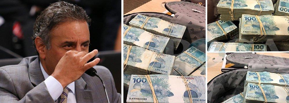 A Primeira Turma do Supremo Tribunal Federal (STF) decidiu nesta terça-feira, 26, por 3 votos a 2, afastar o senador Aécio Neves (PSDB-MG) do exercício de seu mandato, medida cautelar pedida pela Procuradoria-Geral da República (PGR) no inquérito em que o tucano foi denunciado por corrupção passiva e obstrução de Justiça, com base nas delações premiadas da empresa J&F; na mesma sessão, a Primeira Turma negou, por unanimidade, o terceiro pedido de prisão preventiva de Aécio feito pelo ex-procurador-geral da República Rodrigo Janot; articulador principal do golpe de 2016 que arrasou o País, Aécio ficará solto, embora tenha sido flagrado nos grampos da JBS negociando propinas de R$ 2 milhões