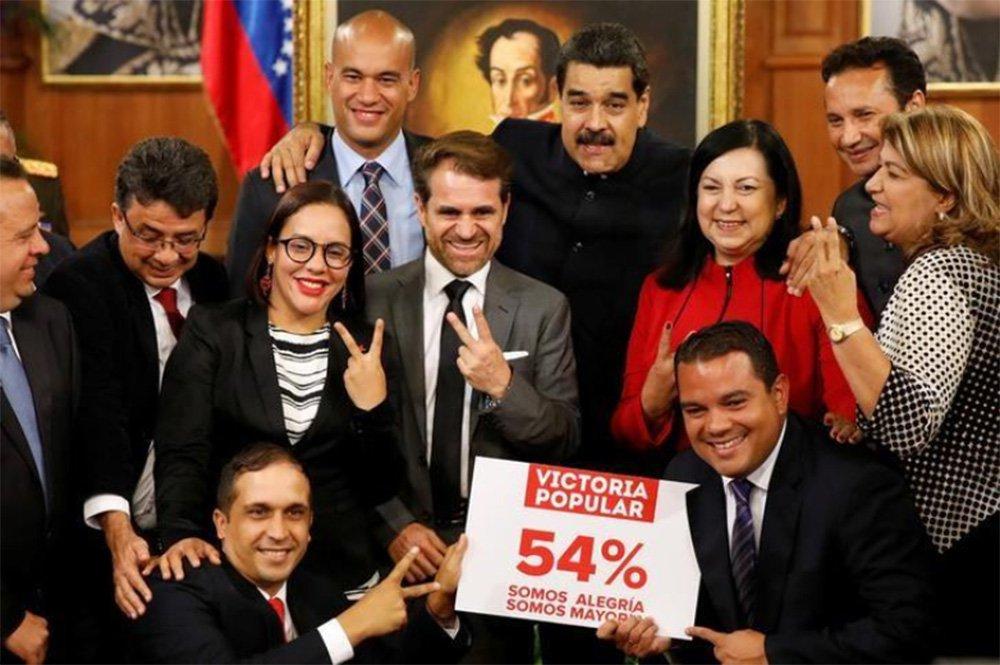 Um protesto aconteceu em Bolívar, província no sul da Venezuela, após a oposição se recusar a empossar os governadores recém-eleitos diante da Assembleia Constituinte; a oposição se recusa a reconhecer o resultado na região, pois o governo declara ter vencido, mas as pesquisas eleitorais mostravam vantagem da oposição naquele estado